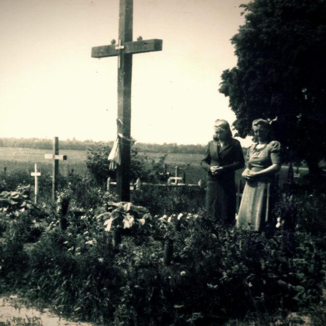 Antonie Kechrtová, rozená Beštová, u hrobu zavražděných v Českém Malíně