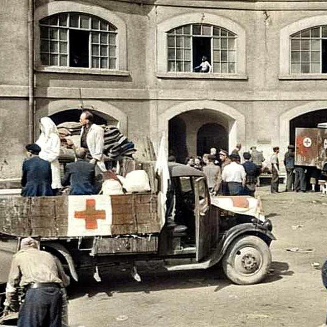 Snímek z nádvoří Sudetských kasáren, ve kterých vznikla Československá státní pomocná nemocnice v Terezíně